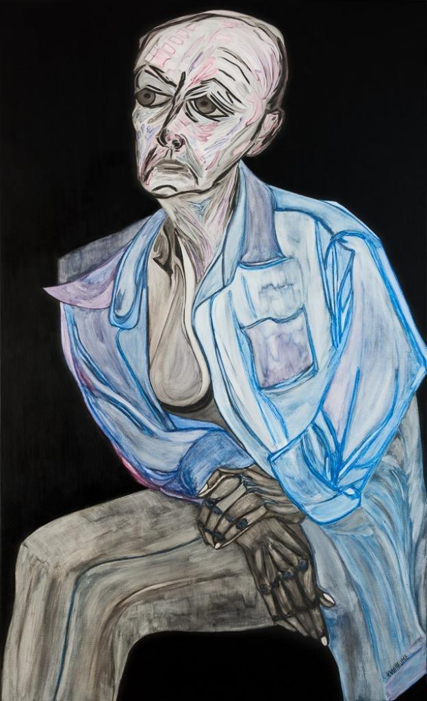 Retrato de cuerpo entero, sobre fondo negro, de una mujer sentada con las manos cruzadas.