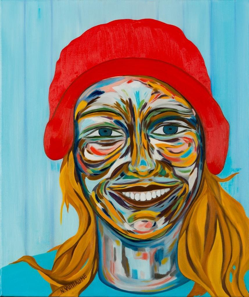 Retrato de una mujer con pelo largo y tocado, coloreado sobre un fondo azul.
