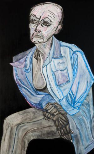 Portrait en pied, sur fond noir, de femme, assise les mains croisées.