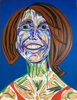 Retrato de una mujer, con un colgante, sonriendo a la vida.