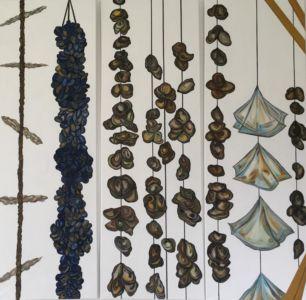 Tríptico, de una pintura estilizada, cuencas de ostras y mejillones, en un ambiente marino.